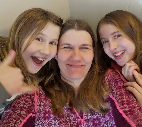 HJEMME: Fv. Celina (11), Anette (38) og Julie (13) får tiden til å gå hjemme.