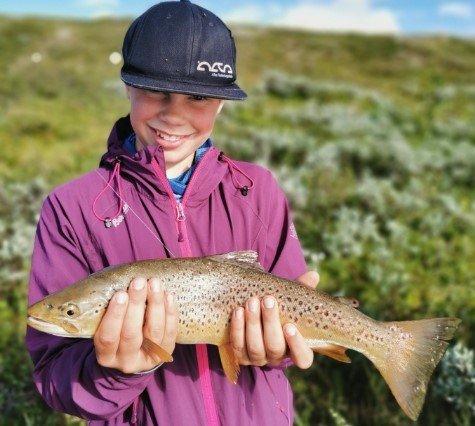 """FISKETUR: Dette bildet er av Narve Krempig ute på fisketur. Nå er han og søsknene i """"Villmarksbarna"""" nominert for Folkets Amanda med filmen deres fra Grønland."""