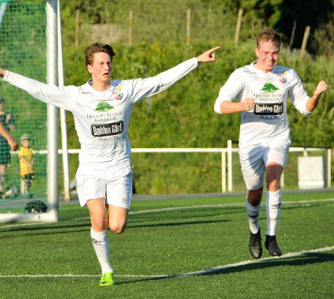 JUBLER : Ola Vestreng scoret sine mål nummer 13 og 14 for sesongen, mens Jonas Grahn (t.h.) fastsatte sluttresultatet til 4-1 mot Strømmen 2 da Aurskog-Høland tok sin 12. seier i 4. divisjon lørdag.