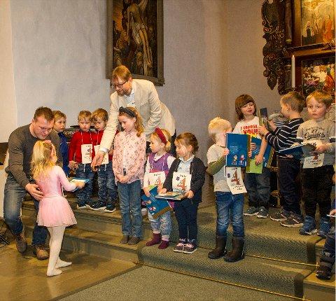FIKK BØKER: Søndag 8. mars fikk en rekke fireåringer hver sin 4-årsbok i Botne kirke.