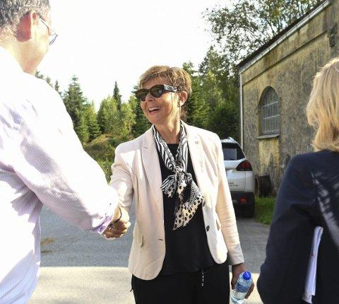 DRØFTA: I august i fjor var dåverande fylkesordførar Anne Gine Hestetun på besøk ved Valen kraftverk, der eit lokalt eigarskap av kraftverket blei drøfta. No rår fylkesrådmannen til at ein ventar med sal av kraftverket.