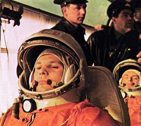 KLAR: Jurij Gagarin (foran) avbildet sammen med kosmonaut German Titov. Gagarin ble førstemann i verdensrommet, mens Titov ble første til å tilbringe over et døgn i verdensrommet. Bildet er tatt 6. august, 1961.