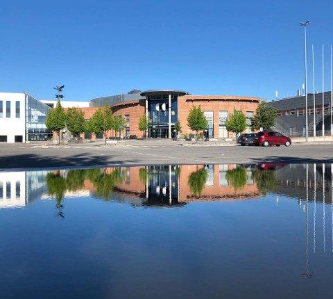 FYLLES OPP: Parkeringsplassen på CC blir gradvis fylt opp med vann fra Mjøsa.
