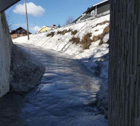 GLATT: Slik så det ut på gangvegen under Odnesvegen før snøen kom. Nå advarer Dag S. Wiig, som bor like ved,  om at det er skremmende glatt å ferdes der.