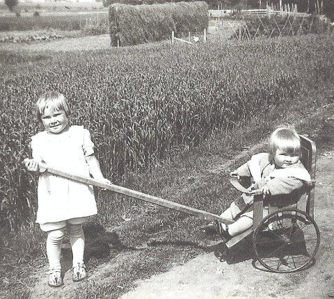 SØSTRE: De to eldste søsknene Gunhild (t.v.) og Ella fotografert på Sandstad på slutten av 30-tallet. (Foto: Privat)