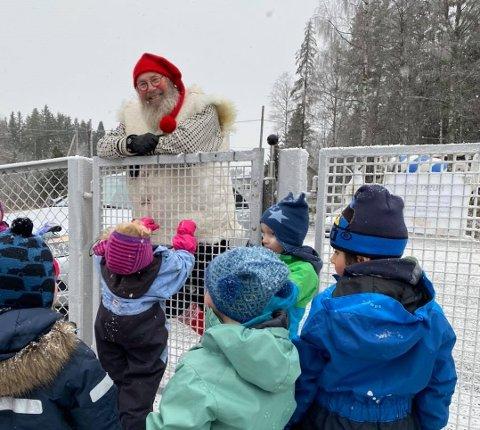 FORNØYDE: Ungene i Fagernes barnehage i Næroset var veldig fornøyde med å få besøk av nissen.