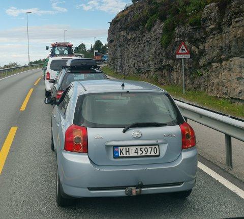 Det er lange køer på vei inn til Kristiansund som følge av ulykken.