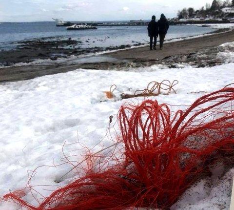 GARNFELLER: Plastgarn kommer til syne når snøen smelter. Foto: Terje Simonsen