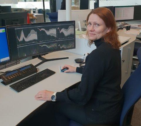 FØLGER STRØMPRISEN: Kristine Wormdal, leder for strøm og CFO for energitjenester i NTE Marked, følger strømprisen kontinuerlig. Nå er prisen på tur ned etter flere dager med mildvær.