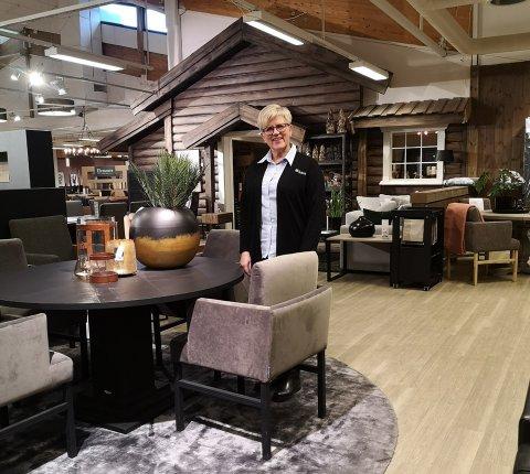 OPPLEVER KJEMPEØKNING: – Folk bruker penger på nye møbler og nytt interiør, sier varesjef hos Bohus på Leira, Unni Jacobsen.