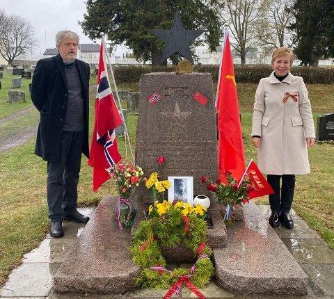 Russland: Odd Ingar og Tatiana Toresen fra Gjøvik under en seremoni 9. mai i år i forbindelse med Russlands frigjøringsdag etter 2. verdenskrig. Tatiana er selv opprinnelig russisk. Nå vil de vite mer om soldatene som ligger begravet på Bagn kirkegård.