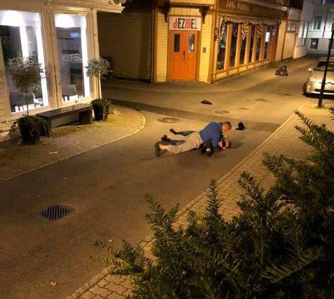 TIL UNNSETNING: Her holdes innbruddstyven nede av en som kom til hjelp.