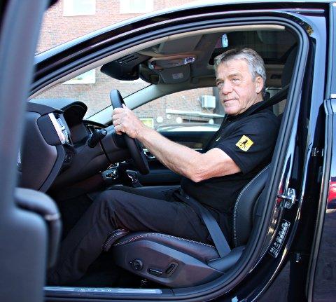 Jan Ivar Engebretsen i NAF ber folk tenke over hendenes plassering på rattet.