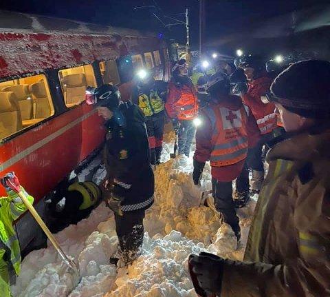 Her graves toget løs fra snømassene. Bildet ble tatt natt til søndag.
