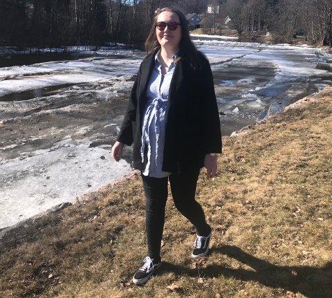 Ut på tur: Ellen Kathrine Wiik (24) liker seg godt i naturen, og har tatt med familien på flere turer langs Bingselva.