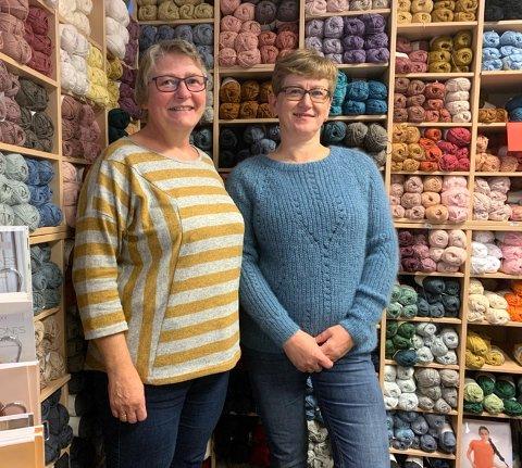 Prest Liv Strind ønsker sammen med Bente Berg Andreassen på Rokken tekstil og gave, velkommen til den første strikkegudstjenesten i Honningsvåg kirke.