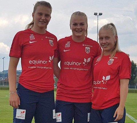 LANDSLAGSKLARE: Elise Stenevik, Linn-Mari Nilsen og Thea Bjelde (rekkefølge frå venstre) er alle tekne ut til U23-landskampar. Her er dei avbilda saman under ei samling med J19-landslaget.