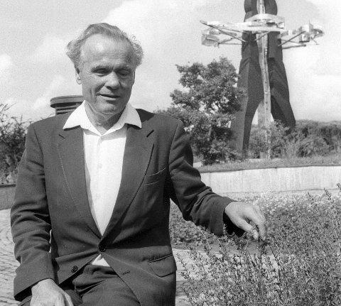 KJENNEMERKE: Erling Stordahl med den karakteristiske skulpturen i bakgrunnen. Storedal Kultursenter ble anlagt på gården hans i Skjeberg. Foto: Erik Hagen, FB 9/7-1988