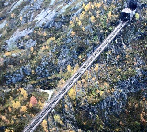 """KULISS: Norddalsbrua, som ble tatt ut av tjeneste i 1988, får en sentral plass i filmen """"Kampen om Narvik"""". Opptakene til filmen pågår i disse dager."""