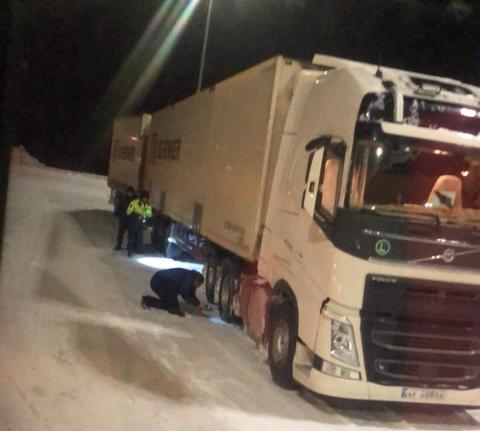 Tollere kontrollerer dekkutrustning og antallet kjettinger på vogntog. Bildet er tatt på grenseovergangen i Skibotn i Troms.