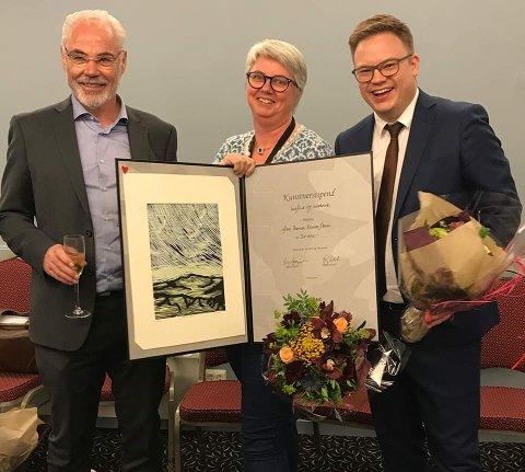 FIKK STIPEND: Ann Therese sammen med fylkesordfører Even Aleksander Hagen (til høyre) og fylkeskultursjef Kyrre Dahl.