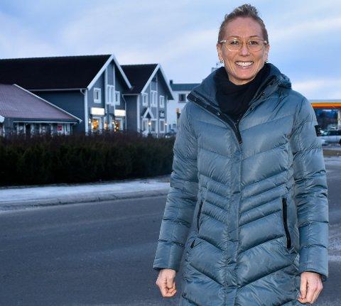 DELER UT PENGER: Ansvarlig redaktør og daglig leder, Line Ramsrud i avisen Hadeland håper mange vil søke på de 300.000 kronene som skal deles ut før sommeren.