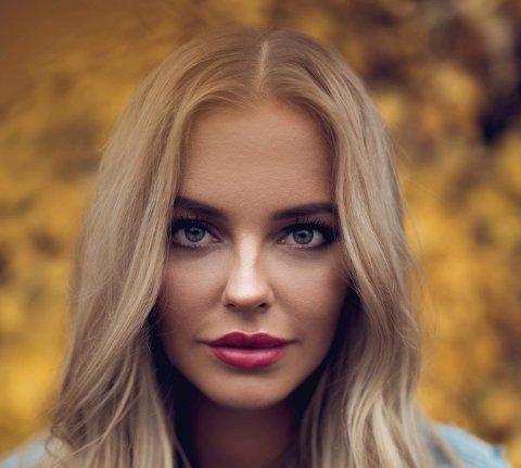 MED I KÅRINGEN: Marthe Reine (23) bor i London der hun er student. Hun er en av dem flere har nominert når Nettavisen og 24 lokalaviser i Norge skal kåre Norges beste på Instagram.