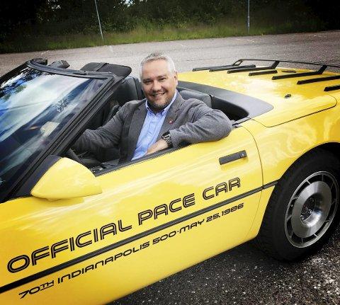 Sommerbilen: Jan Fredrik Vogt har en 1986 Chevrolet Corvette. Det er en knallgul «Official Pace Car» som bare ble produsert i 86. Han liker å koble av i garasjen med å skru på Corvetten. – Jeg liker det praktiske, sier han.foto: Jarl Rehn-Erichsen