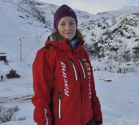 Leder Kjersti Eline Tønnessen Busch sier Kongstinden alpinsenter har nok snø nå, men kan først åpne når bakken er ferdig preparert.