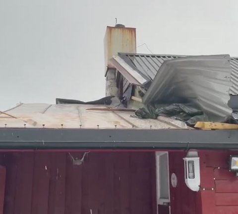 Halve taket blåste av taket på ei hytte i Rolvsfjord onsdag kveld.