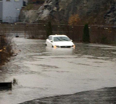 Regnværet har sørget for oversvømmelser flere steder, noe denne bilisten fikk erfare på Årvoll søndag.