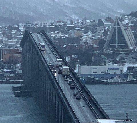 Lastebilen fikk problemer på Tromsøbrua ved 10-tiden torsdag.