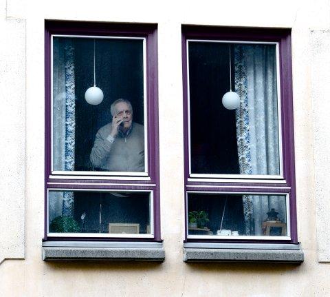 INFOSVIKT: Kjell Sevald Jørgensen (88) fikk ingen informasjon om at en ansatt hadde fått påvist Korona-smitte, og at senteret han bor på var stengt for besøkende.