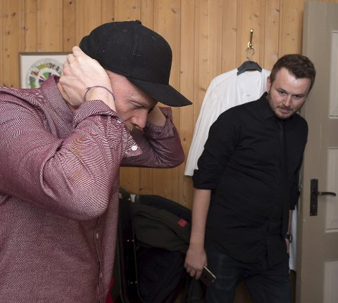 Spente: Lewi Bergrud (t.v.) og Knut Anders Sørum er spente på publikums respons når de får vite at Nora Jabri er hjemme.