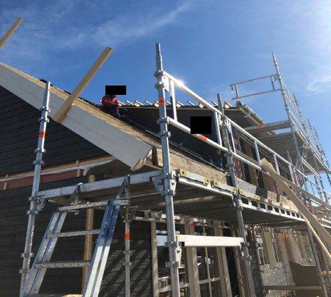 To arbeidstakere fra Nordbohus utførte  arbeid på usikret tak på Eina. En av disse var lærling.