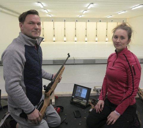 Kruttsterk åpning: Lars Bjørkmo og Lina Frammarsvik var to av deltakerne under første runde av bedriftscupen i skyting på Kjempheia. Foto: Stian Forland