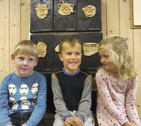 KREATIV GJENG: Markus Simonsen Hellesø, Johannes Nordin og Emma Woldseth sitter foran selvportrettene. (Alle foto: Jørund Løbach Jørgensen)