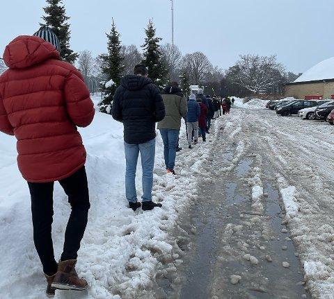 Køen til teststasjonen i Bugården var lang fredag formiddag.