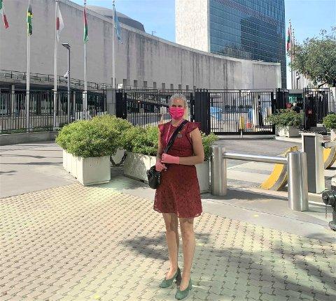 VALGDAGEN: Hanne Melfald på utsiden av FNs lokaler valgdagen, med munnbind og hansker på grunn av koronasituasjonen.