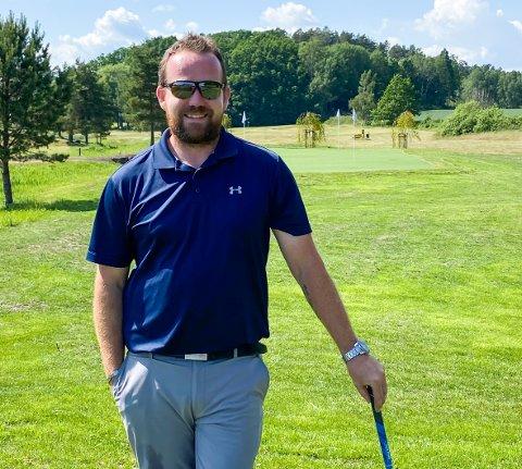 MÅ VENTE: Golfbanen på Nøtterøy er en av få baner i distriktet som må vente med sesongåpningen. Daglig leder Logan Ferguson antyder slutten av måneden.