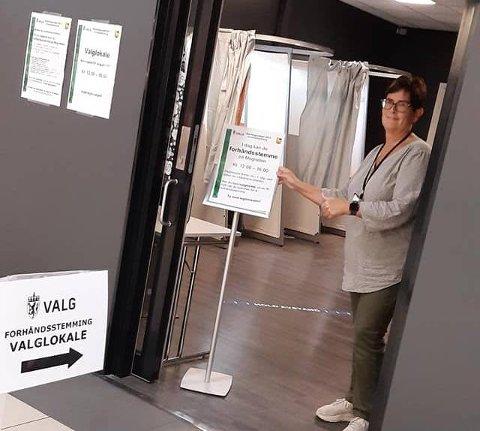 TILGJENGELIG: I dag kan du forhåndsstemme ved Magneten kjøpesenter. Reidun Johansen, som er valgansvarlig2 i Levanger kommune ønsker deg velkommen.