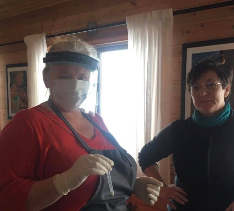 Sykepleier Marit Rogne ga Solbjørg Kvålshaugen opplæring i koronatesting fredag. I dag må hun bruke kunnskapen. Foto: Privat