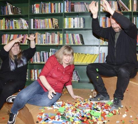 Innsamling: Mjøndalen bibliotek tar med glede imot legoen du ikke bruker. Bibliotekarene Maria Granly Meldalen, Inger Bergan Mortensen og Martin Nordli synes lego er gøy.