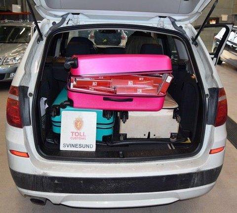 Sigarettene ble funnet i tre kofferter i bilens bagasjerom.