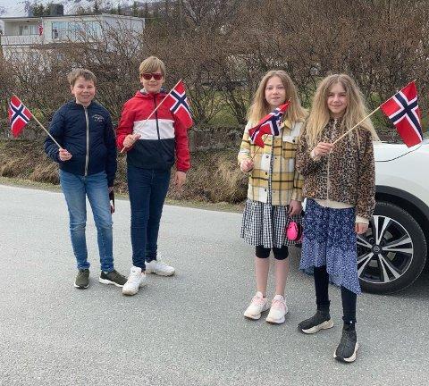 David Danielsen 12 år, Linus Karlsen 13 år, Lotte Småbakk-Strøm 11 år og Pernille Bolle 11 år fikk lov å vekke hele Straumsnes på 17. mai.