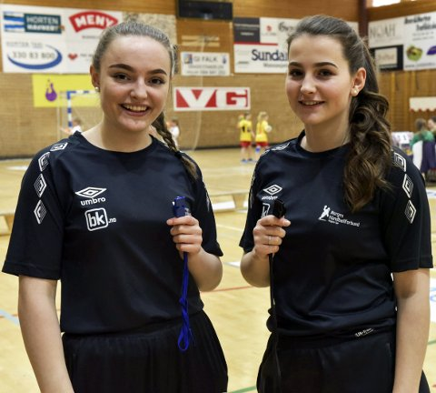 DØMTE I TURNERINGEN: Inga Bjørnsund (t.v.) og Emma Sofie Clarke er to av flere jentedommere i Borre IF.