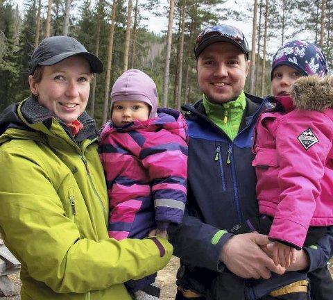 DOBBELT OPP: Samboerne Anette Storeskar og Knut Andre Holøien - her med døtrene Oda og Thea – vant hver sin klasse i påskecupen på Revlemoen         andre påskedag. BILDER: MONA ROLFSDATTER OLSEN
