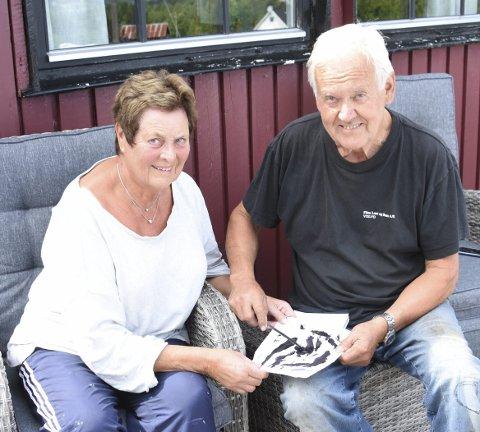 Utrivelig: – Ikke mye hyggelig å få dette spredt utover på hyttetomta, sier ekteparet Karin og Arne Eikåsen på hytta på Austmarka.Bilder: Svein Sjølie