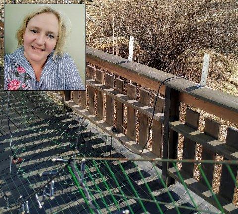 VIL ADVARE: Anna Karin Myklebust oppdaget fredag morgen at gjerdet hun har montert på rekkverket på terrassen, var revet ned.