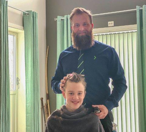 DEBUTANT: Jonas Linnerud debuterte som frisør, og sønnen Julian er litt skeptisk.